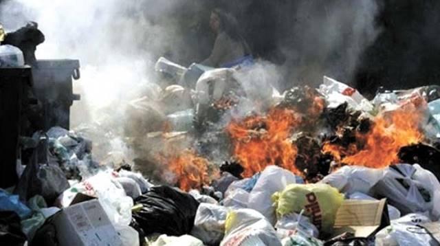 dampak pembakaran plastik di lingkungan
